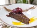10 CASA JAGUAR Tarta humeda de chocolate con fresas confitadas