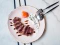 Cannibal Raw Bar Tataki de atun de almadraba con jengibre y yogur de wasabi