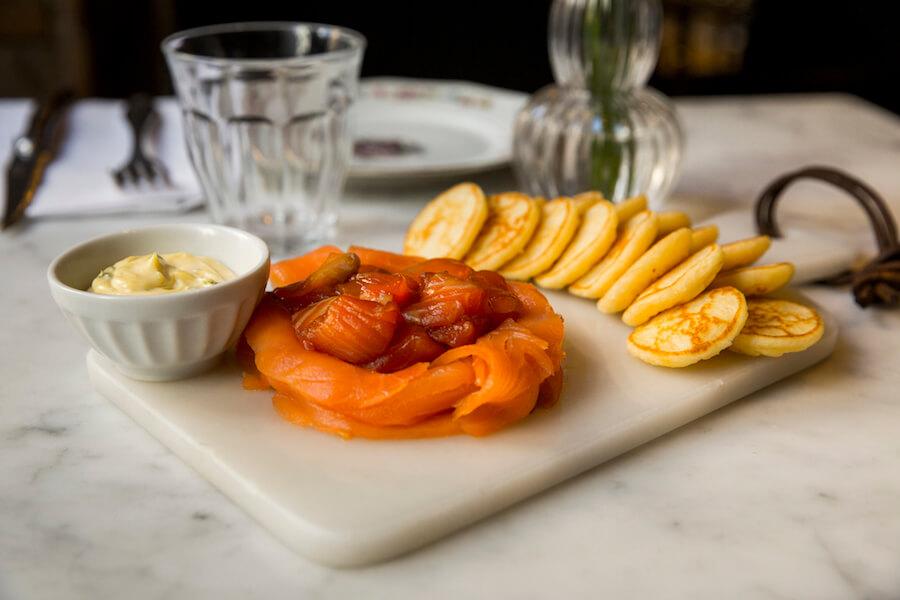 CRISTINA ORIA Salmon de dos cocciones con blinis salsa de eneldo y mantequilla