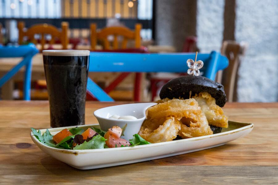 CUATRO GATOS bocata de calamares en pan negro