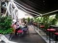 DRY MARTINI terraza con mesas bajas y sofas