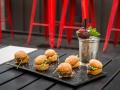 TERRAZA CASA AMERICA Mini hamburguesas con queso y rucula con coctel Passion Love