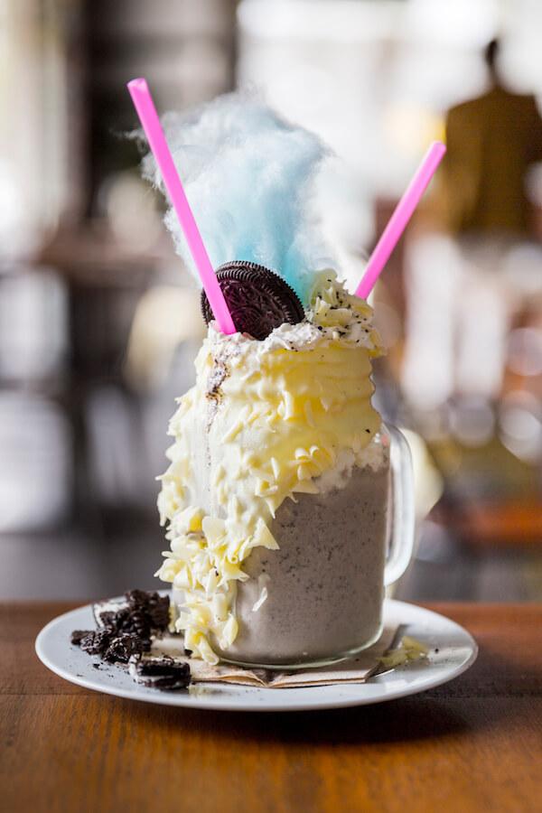 GARAJE GRILL Batido Alicia en el Pais de las Maravillas de galleta Oreo con algodon de azucar nata y chocolate blanco