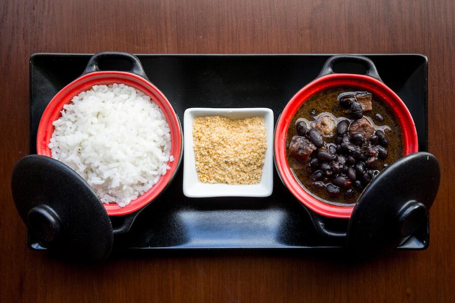 LOS ESPETINHOS Feijoada brasilena con arroz y farofa