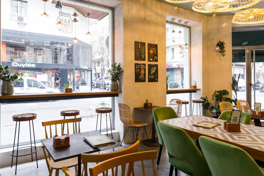 RAW COCO Bar Salon de amplios ventanales