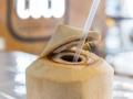 RAW COCO Bar Leche de coco abierto a machete