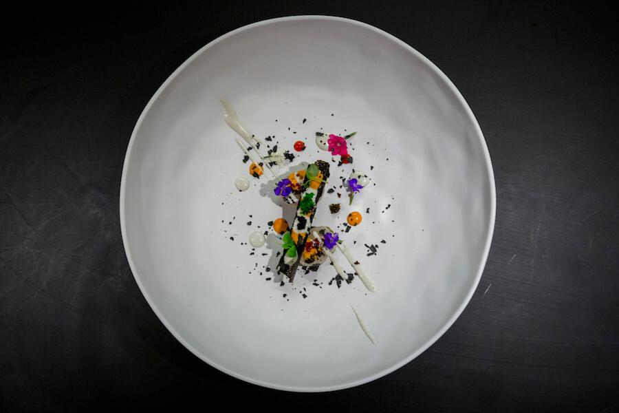 SOY KITCHEN Vieira ahumada con algas, salsa de chile y trufa y crema de gambas