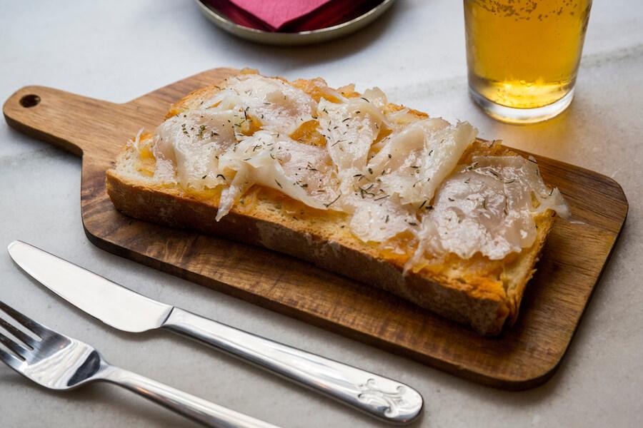 Varsovia Cocktail and Bar Tosta de bacalao ahumado con confitura de higo