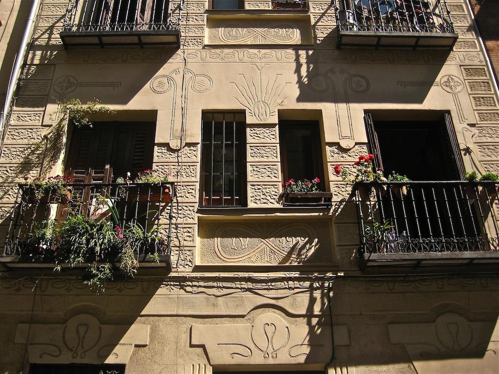 Fachada modernista con decoración incisa fálica/vaginal de Arturo Pérez Merino. c/Montserrat 12