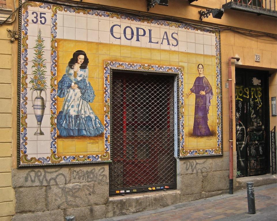 Portal antigua tienda de discos, en la calle Marqués de Santa Ana