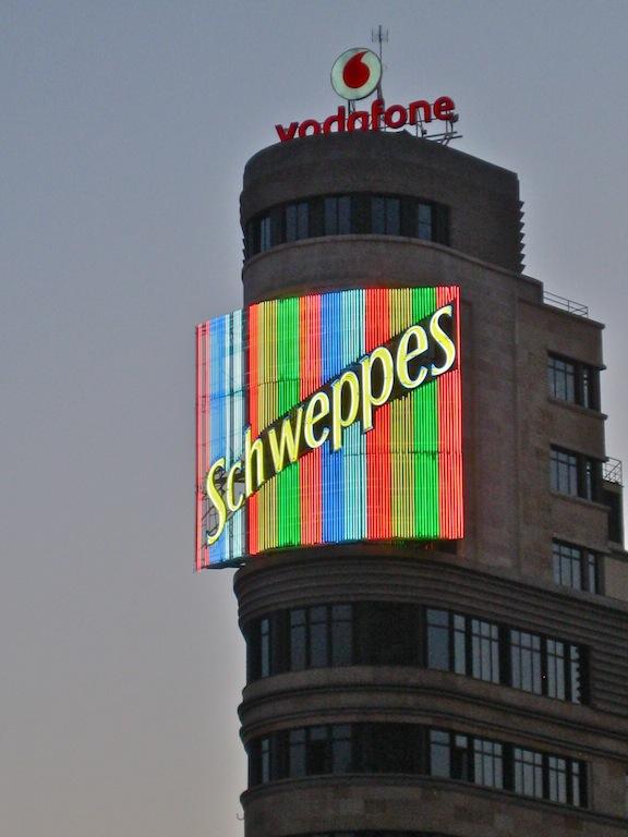 Luminoso de Schweppes en la plaza de Callao