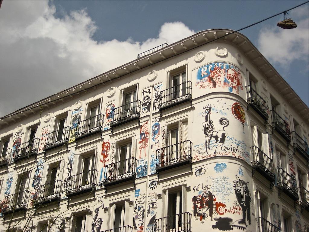 Edificio en calle Orellana esquina con Campoamor, pintado por Jack Babiloni