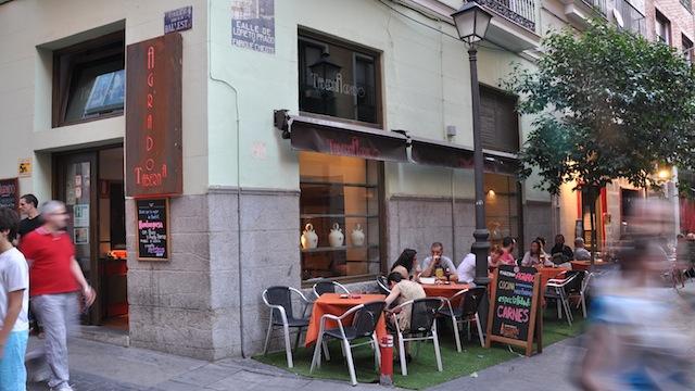 Una versión actualizada de la taberna de siempre que se ha ganado un lugar privilegiado en la zona Triball con sus excepcionales hamburguesas y carnes. Madrid