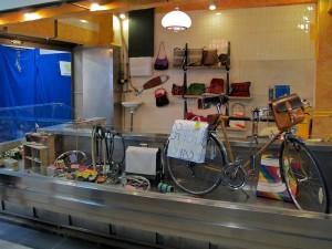 Puesto de artesanía y regalos en el Mercado de San Fernando