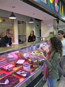Comida griega para llevar en el Mercado de San Fernando