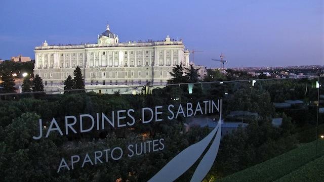 Terraza de Apartosuites, frente al Palacio Real de Madrid
