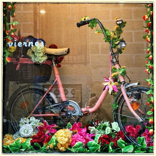 Ya está el trono preparado. El viernes todos a la procesión de la bici en la calle Palma!