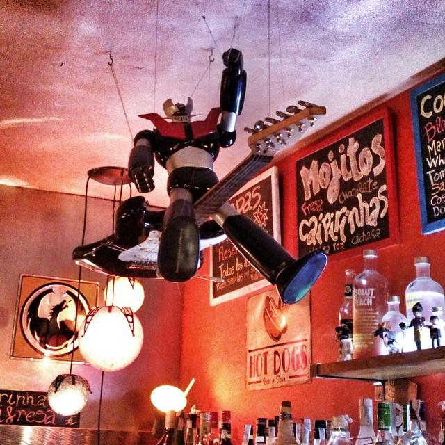 #MazingerZ sobrevolando la barra del bar Estocolmo en #malasaña