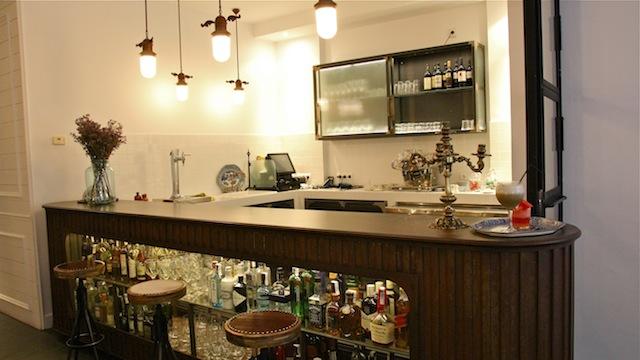 Bar y coctelería en el lobby del hotel en la calle Valverde