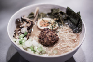 Miso Dashi con albóndiga vegana de Bolero Meatballs