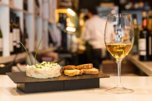 Ensaladilla y vino de Jerez