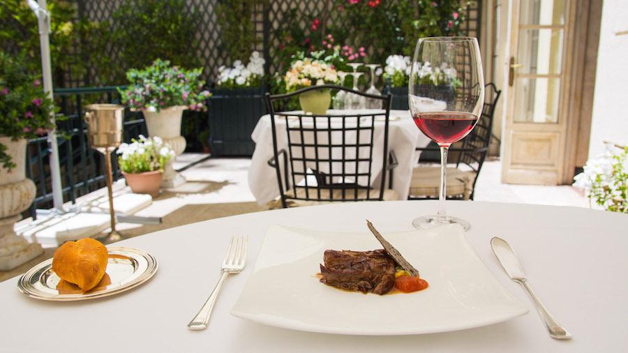 Hotel Orfila Almuerzo en el jardín