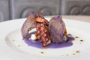 Pata de pulpo patata de violeta y trufa