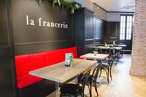 la-francerie-mesas-tapizado-rojo