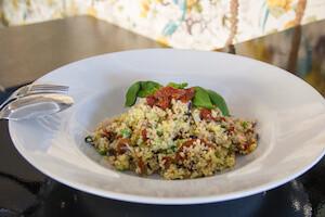 casa-dei-pazzi-ensalada-de-bulgur-con-pulpo-aguacate-tomate-semiseco-y-albahaca