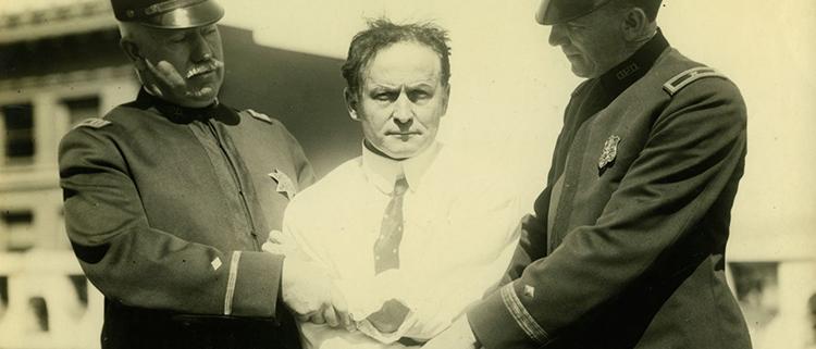Houdini-sujeto-por-dos-oficiales-de-policia-1923-Musee-McCord-1400x600