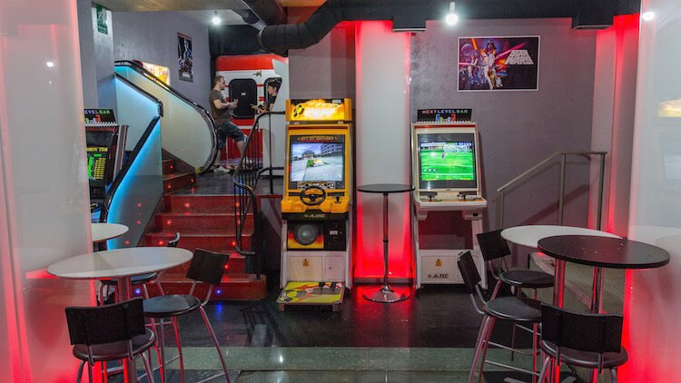 NEXT LEVEL Arcade Bar ambientacion retro