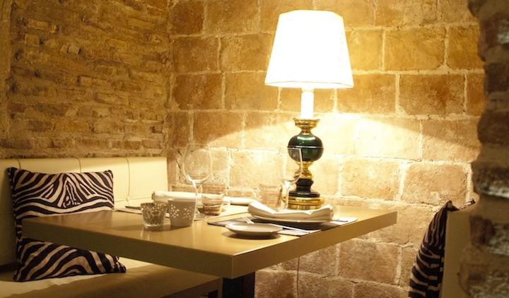 La bodega de los Secretos mesa y lampara
