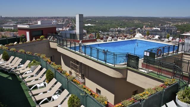 El hotel emperador abre su roof garden de verano terraza for Follando en la piscina del hotel