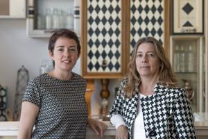 Desirée, la mitad de Lola Glamour, y Elena, la encargada de su showroom en Madrid.