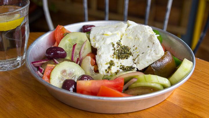 LA HUMMUSERIA Ensalada Griega con tomate, pepino, cebolla, pimiento, queso feta y aceitunas kalamata