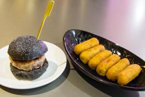 Hamburguesa de atún y croquetas de tortilla camarones