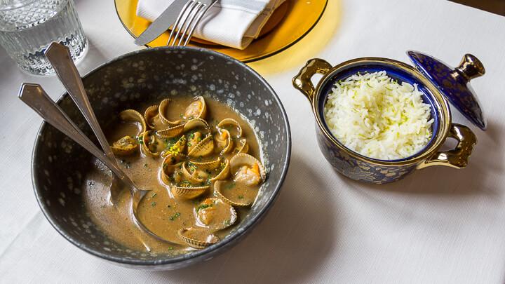 LA MALAJE Berberechos en curry verde con fino