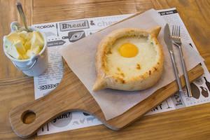 khachapuri-3-tipos-de-queso-huevo-y-mantequilla-en-horno