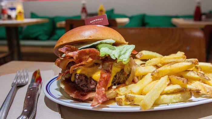BURNOUT Burger Smokin con bacon cebolla caramelizada y salsa smoky mayo