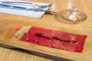 La Barra DeAtun Tomatun, carpaccio de atun con aceite de oliva, salsa teriyaki, tierra de alga wakame y tomate triturado