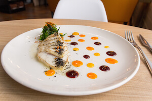 La Chuskery Tataki de pez mantequilla con salsas orientales