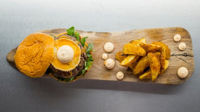MAMITA TAQUERIA Hamburguesa de cebon con queso de cabra, cebolla caramelizada y mayonesa de chipotle-2