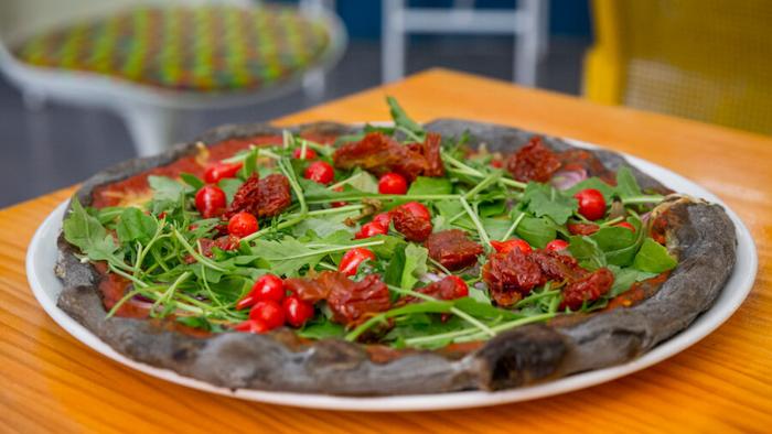 PIZZI AND DIXIE Pizza Dixie, con pimientos dolce lagrima, cebolla confitada, trigueros, tomate seco y rucula-3