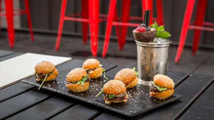TERRAZA CASA AMERICA Mini hamburguesas con queso y rucula con coctel Passion Love-2