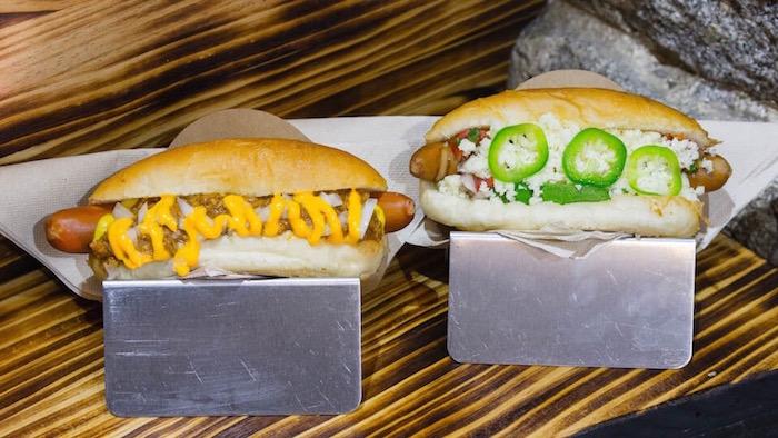 Descubre los perritos calientes que triunfan en Madrid. EL PERRO SALVAJE HOT DOGS hot dogs al estilo americano