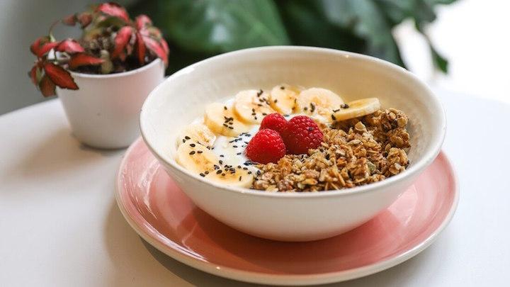 ABOLEA Bol con yogur frambuesas y platano