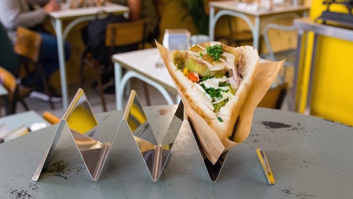 La Falafelería, cocina healthy de Israel a Malasaña. Sabij, pita rellena de berenjena crujiente, huevo duro, hummus y ensalada