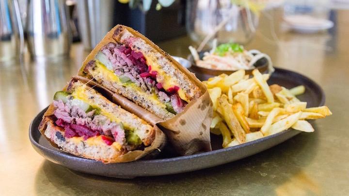 LOBSTERIE Sandwich de Pastrami de vaca rubia gallega cocinada al vapor y ahumada en madera de roble