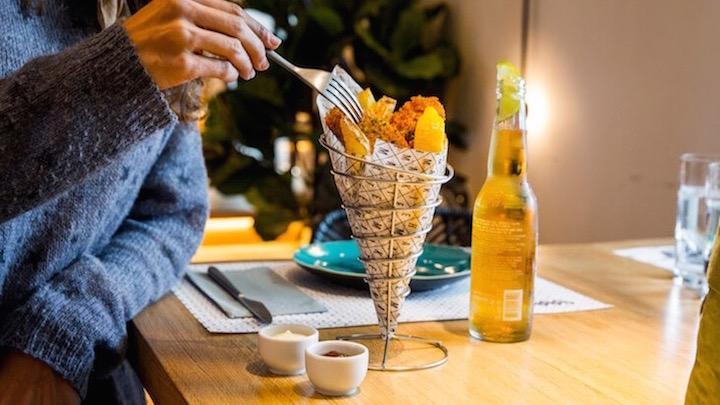 HAKE MATE fish and chips de merluza de pincho rebozada y patatas fritas cortadas a cuchillo