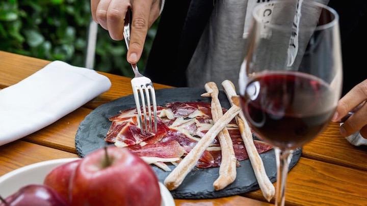 LA CATEDRA tabla de jamon iberico de Guijuelo y vino